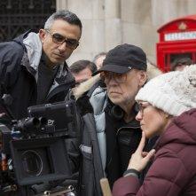 Denial: il regista Mick Jackson al lavoro sul set