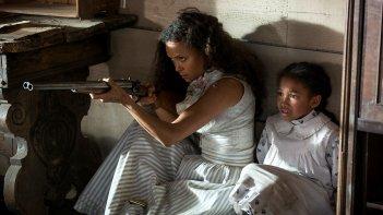 Westworld: Thandie Newton durante una scena dell'episodio Chestnut