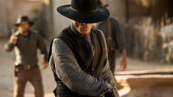 Westworld: scena dell'episodio Chestnut con il misterioso Uomo in Nero