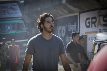 Lion: Dev Patel in una scena del film
