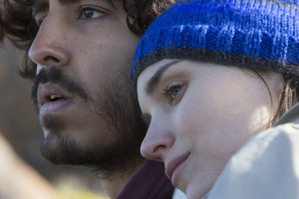 Lion: Dev Patel e Rooney Mara in una scena del film