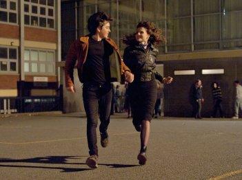 Sing Street: Lucy Boynton e Ferdia Walsh-Peelo corrono insieme in una scena del film