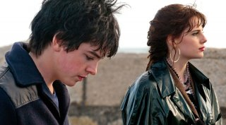 Sing Street: Lucy Boynton e Ferdia Walsh-Peelo corrono insieme in un momento del film