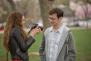 Snowden: Joseph Gordon-Levitt e Shailene Woodley in una scena del film