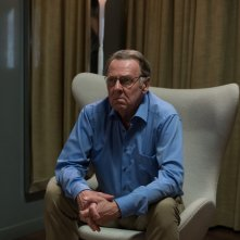 Snowden: Tom Wilkinson in una scena del film