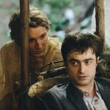 Swiss Army Man - Un amico multiuso: Daniel Radcliffe e Paul Dano in un momento del film