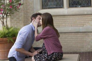 The Hollars: John Krasinski e Anna Kendrick in un intimo momento del film
