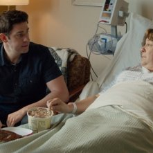 The Hollars: John Krasinski e Margo Martindale in una scena del film