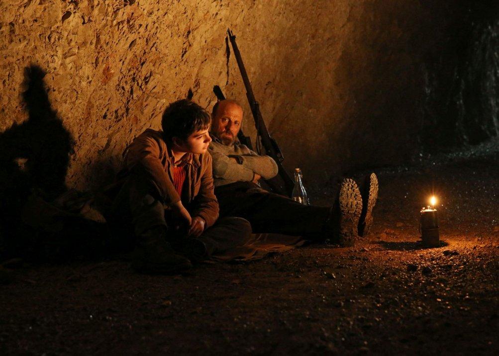 La pelle dell'orso: Marco Paolini e Leonardo Mason in una scena notturna del film