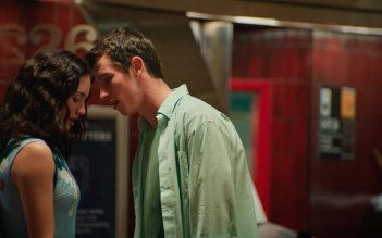 Tramps: Callum Turner e Grace Van Patten in una scena del film