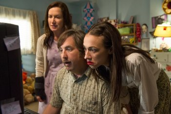 Haters Back Off: Angela Kinsey, Steve Little, Colleen Ballinger in una foto della serie