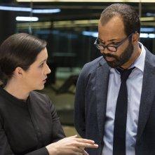 Westworld: Shannon Woodward e Jeffrey Wright in una foto di The Stray
