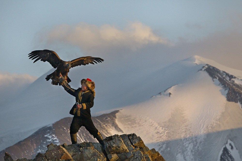 The Eagle Huntress: Aisholpan in una scena del documentario