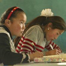 The Eagle Huntress: Aisholpan a scuola in una scena del documentario