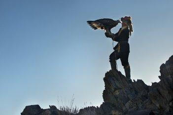 The Eagle Huntress: Aisholpan con la sua aquila in una scena del documentario