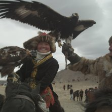 The Eagle Huntress: Aisholpan e Nurgaiv Rys in una scena del documentario