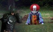 Un tizio vestito da Batman affronta i clown inquietanti!
