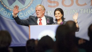Graves: Nick Nolte e Sela Ward in una scena