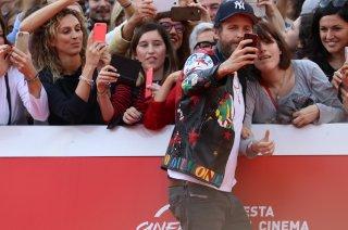 Roma 2016: Jovanotti fa un selfie con una fan sul red carpet