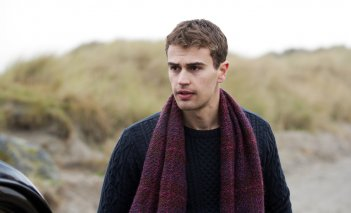 Il segreto: Theo James in una scena del film