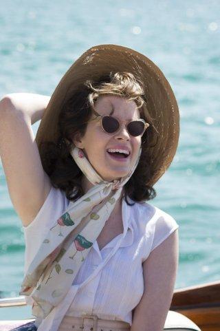 The Crown: una sorridente Claire Foy nel primo episodio