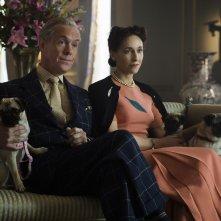 The Crown: Alex Jennings e Lia Williams in una foto della serie