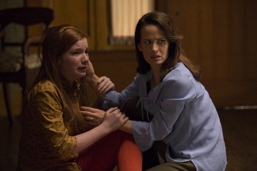 Ouija - L'origine del male: Annalise Basso ed Elizabeth Reaser in un momento del film