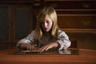 Ouija - L'origine del male: Lulu Wilson in una scena del film