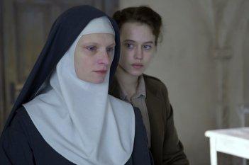 Agnus Dei: Lou de Laâge e Agata Buzek in una scena del film