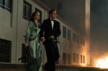 Allied - Un'ombra nascosta: Brad Pitt e Marion Cotillard in una scena del film