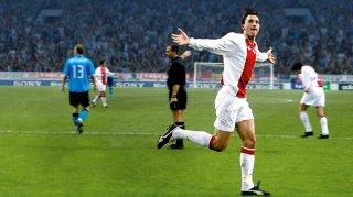 Zlatan Ibrahimovic - Diventare leggenda: Ibrahimovic esulta dopo un gol segnato con l'Ajax