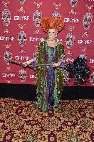 Bette Midler vestita come il suo personaggio in Hocus Pocus per Halloween 2016