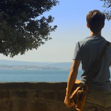 Ciò che le nuvole non dicono: Lorenzo Cassol di spalle in una scena del film