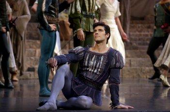 Roberto Bolle - L'arte della danza: Roberto Bolle sul palco durante un'esebizione
