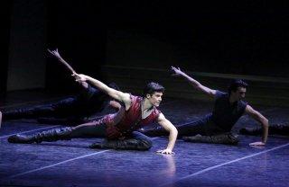 Roberto Bolle - L'arte della danza: Bolle mentre si esibisce sul palco