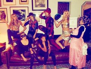 Taylor Swift (al centro) vestita da Deadpool: halloween 2016