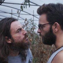 Il più grande sogno: Mirko Frezza e Alessandro Borghi faccia a faccia in una scena del film