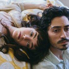 Between Us: Olivia Thirlby e Ben Feldman in una scena del film