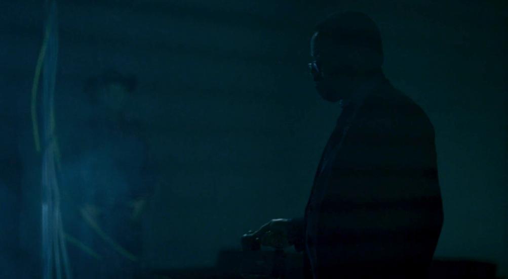 Westworld: un fotogramma dell'episodio 6, The Adversary, in cui vediamo Jeffrey Wright e una sagoma sullo sfondo