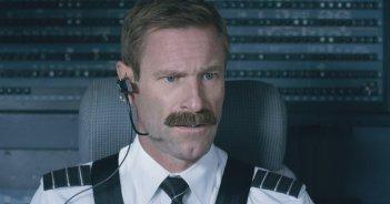 Sully: Aaron Eckhart in una scena del film