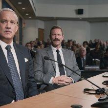 Sully: Tom Hanks e Aaron Eckhart in una scena del film