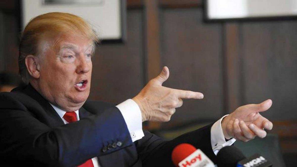 Donald Trump nell'atto di imbracciare un fucile