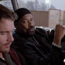 Training Day: Ethan Hawke e Denzel Washington in macchina in una scena del film
