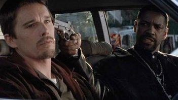 Training Day: Ethan Hawke e Denzel Washington in un momento del film
