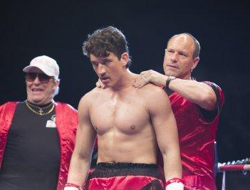 Bleed for This - Vivo per combattere: Miles Teller, Aaron Eckhart e Ciarán Hinds in una scena del film