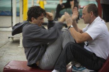 Bleed for This - Vivo per combattere: Miles Teller e Aaron Eckhart in una scena del film
