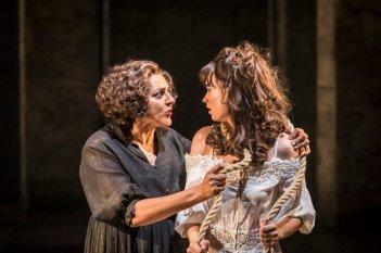 Kenneth Branagh Theatre Company - Romeo e Giulietta: Meera Syal e Lily James in una scena dello spettacolo