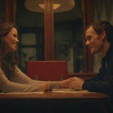 Porto: Lucie Lucas e Anton Yelchin sorridenti in una scena del film
