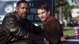 Training Day: Ethan Hawke e Denzel Washington in una scena del film