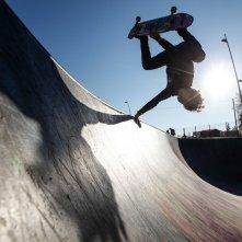 Slam - Tutto per una ragazza: Ludovico Tersigni in azione con lo skate in una scena del film